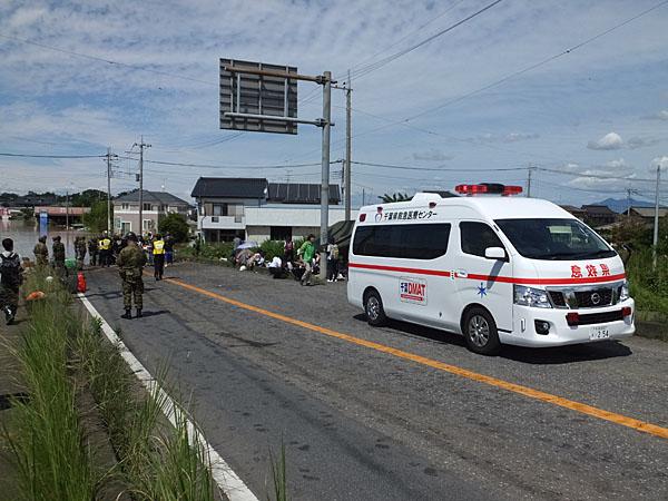 DMATと自衛隊が協力孤立した病院から患者をボードで救出中