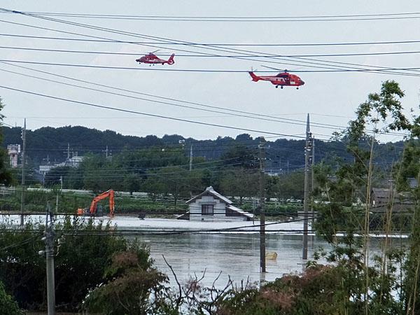 東京消防庁のヘリコプターが孤立した住民を救出中